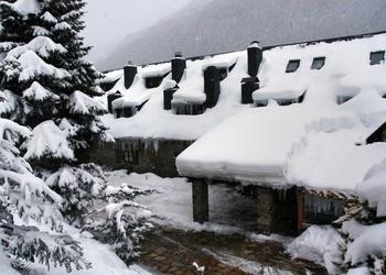 GARAJE CUBIERTO Hotel Chalet Val de Ruda